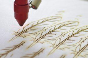 Lasergravur einer Holzplatte